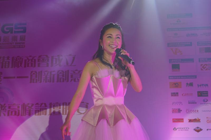 酒井法子さんがマカオで熱唱…国際カジノ見本市「MGSエンターテイメントショー」イベント出演