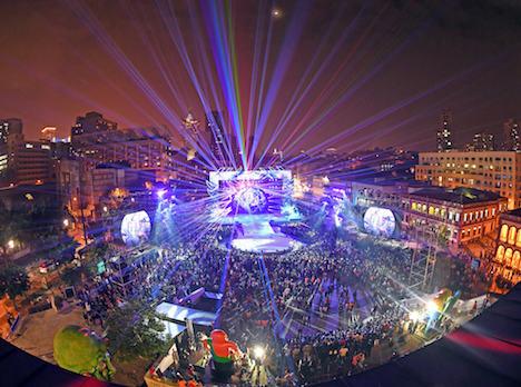 マカオ、ラテンパレードに観衆12万人=ポルトガルから中国への返還17周年祝う
