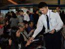 シートベルト着用を促すチラシを配布する海事處職員=2016年12月13日、香港・上環マカオフェリーターミナル(写真:news.gov.hk)