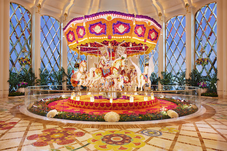 記念撮影スポットとしても大人気のプレストン・ベイリー氏が制作した大型フローラルアート作品(写真提供:Wynn Palace ©︎Roger Davies)