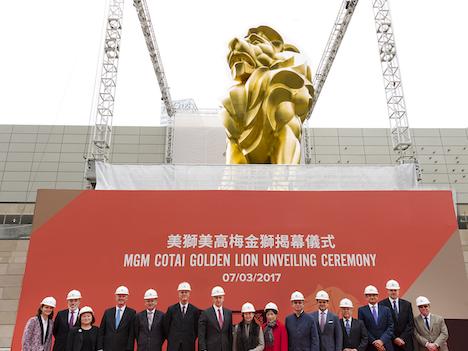 マカオに24Kの金箔3万2千枚使った巨大ライオン像お目見え=カジノIR「MGMコタイ」のシンボル