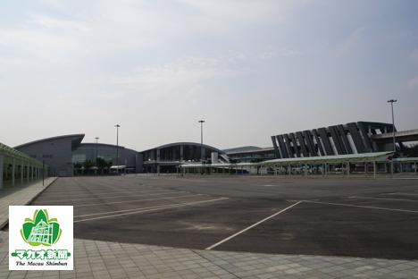 タイパフェリーターミナル外観。右に見える箱型の建物は建設中のマカオ新交通システムの駅舎=2017年5月17日、本紙撮影
