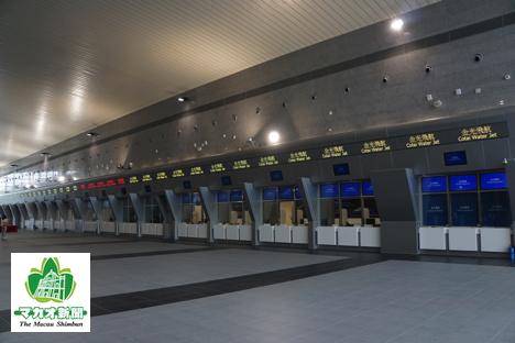 出発フロアの乗船券販売窓口。左からターボジェット(噴射飛航)、GNG(粤通船務)、コタイウォータージェット(金光飛航)=2017年5月18日、本紙撮影