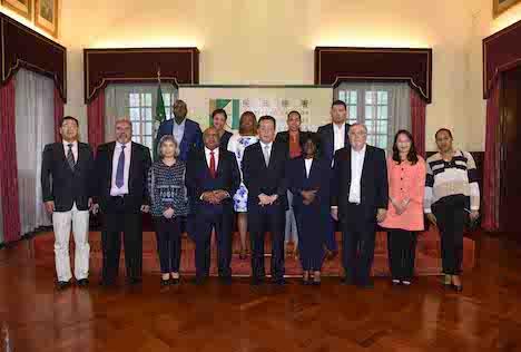 IACMを表敬訪問したポルトガル語圏諸国首都連盟の代表団とIACM管理委員会のタルベス主席(前列中央)=2017年6月13日(写真:IACM)