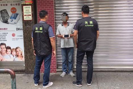 マカオ、偽iPhone路上販売の男を検挙…中国本土で仕入れ
