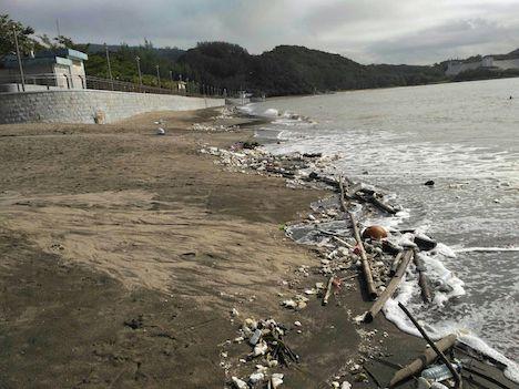 台風一過のマカオ、ビーチに大量のゴミ漂着