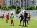 マカオの青少年に指導するリバプールFCのレジェンド、サミ・ヒーピア(右)とロビー・ファウラー(左)=2017年7月22日、マカオ・タイパ島のマカオスタジアム-本紙撮影