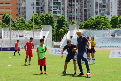 英リバプールFCがマカオで青少年サッカー教室開催…2人のレジェンドが指導