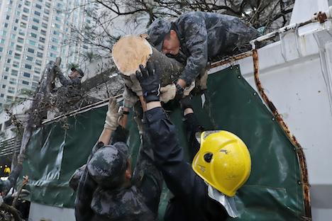 中国人民解放軍が3日間に及ぶマカオ市街地での救援活動終える…台風13号で甚大な被害