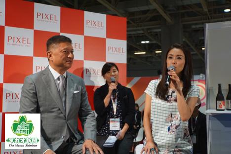 ピクセルカンパニーズ社は昨年のMGSエンターテイメントショーにも出展。酒井法子さん(右)とジェイ・チュンMGAMA会長(左)によるトークショーを開催し、話題を集めた(資料)=2016年11月、ヴェネチアンマカオ-本紙撮影