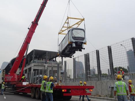 マカオ新交通システムの日本製列車2編成が軌道へ初搬入…ゆりかもめと同タイプ=2019年開通予定