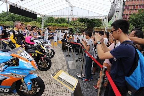 マカオ・塔石広場で開催されているレーシングカー・バイクの展示イベント=2017年11月11日(ID/CGPM)