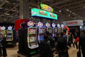 LT Game Japan社が開発、製造したカジノ向けスロットマシン「RGX1000シリーズ」=2017年11月14日、ヴェネチアンマカオ・コタイエキスポホール-本紙撮影