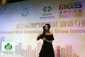 酒井法子さんが「MGSエンターテイメントショー」5周年記念ディナーレセプションのステージで「碧いうさぎ」を披露=2017年11月15日、JWマリオットホテルマカオ-本紙撮影