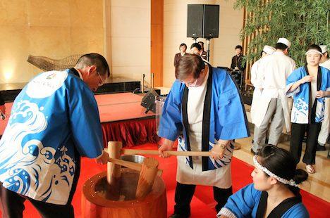 ホテルオークラマカオが新年恒例で開催している餅つき大会の様子(写真:Hotel Okura Macau)