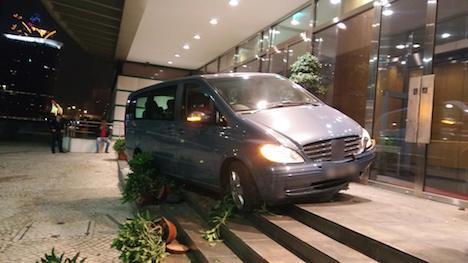 マカオ、飲酒運転の車が立法会ビルに突っ込む…オーストラリア人のドライバー逮捕