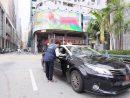 マカオ治安警察局による違反タクシーに対する取り締まりの様子(資料)=2017年11月、マカオ半島北京街(写真:マカオ治安警察局)