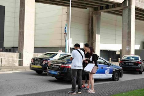 マカオ治安警察局による違反タクシーに対する取り締まりの様子(資料)=2017年11月、コタイ地区(写真:マカオ治安警察局)