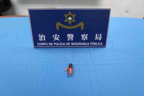 搭乗予定の女の手荷物の中から見つかった催涙スプレー(写真:マカオ治安警察局)