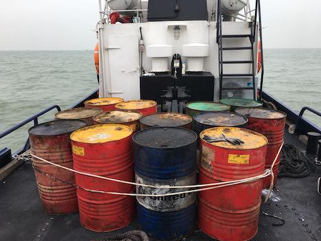 マカオ周辺の高速船航路に大量のドラム缶…当局が除去