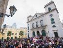 多くの観光客や市民らが見守る中で行われた「パッソス聖体行列」=2018年2月18日、マカオ・カテドラル広場(写真:GCS)