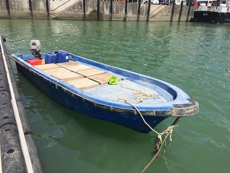 密航に使われたとみられるモーターボート=2018年3月11日(写真:澳門海關)