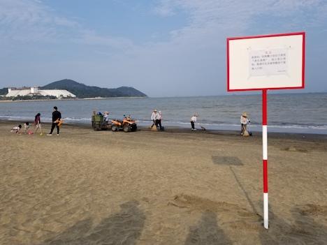 異物への注意を呼びかける看板=マカオ・コロアン島のハクサビーチ(写真:マカオ政府海事・水務局)