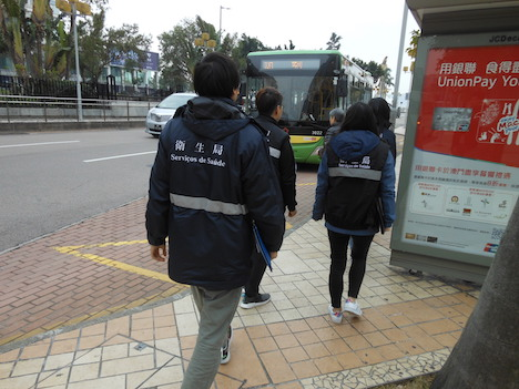 新たに禁煙ゾーンに設定されたバス停の周囲を巡回するSSMの「禁煙Gメン」たち(写真:SSM)