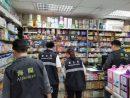 市内の薬局を巡回するマカオ税関と衛生局の職員(写真:澳門海關)