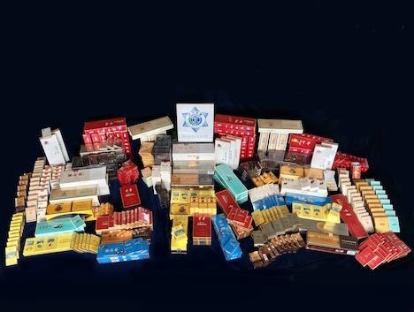 発見された警告表記のない密輸品と疑われるたばこ製品(写真:澳門海關)