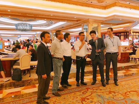 再開後のカジノ施設を視察に訪れたDICJのパウロ・マルチンス・チャン局長(右から3人目)ら=2018年9月17日(写真:DICJ)