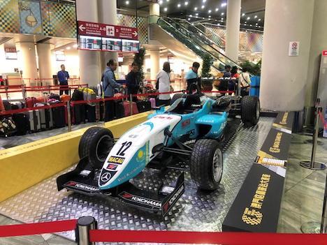 マカオ国際空港出発フロアに設置されたダニエル・フンカデラ選手の優勝マシン(写真:CAM)
