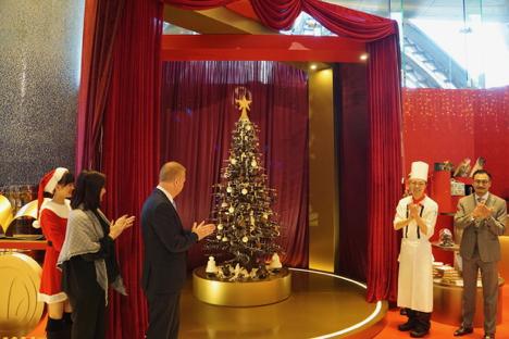 グランドリスボアマカオのホテルロビーに設置された大型チョコレート製のクリスマスツリー=2018年12月4日-本紙撮影
