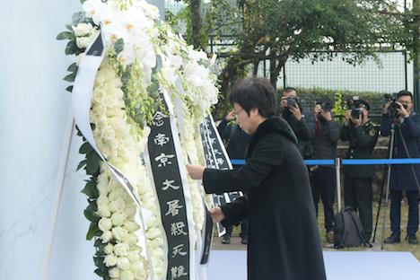 マカオ政府主催の南京事件追悼式典で献花台に花を手向ける行政長官代行として出席したソニア・チャン行政法務庁長官=2018年12月13日、マカオ・コロアン島(写真:GCS)