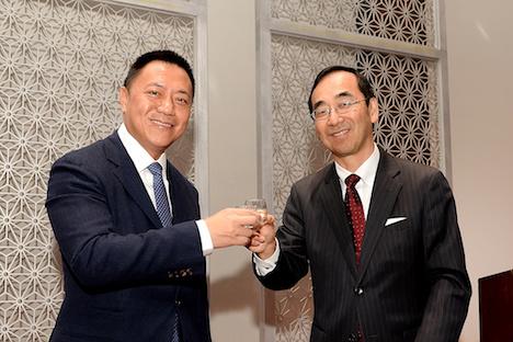 マカオ政府経済財政庁の梁維特長官(左)と和田充広駐香港日本国総領事(右)による乾杯のセレモニー=2018年12月11日、ホテルオークラマカオ(写真:GCS)