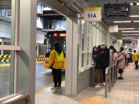 關閘バスターミナルの待合室エリアには整列乗車のためのレーンも設けられている=2018年12月15日(写真:DSAT)