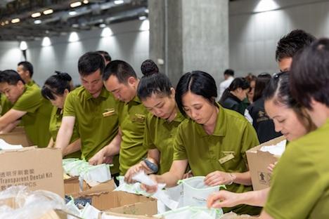 衛生キットを制作するサンズチャイナの従業員=2018年12月6日、ヴェネチアンマカオ(写真:Sands China Limited)