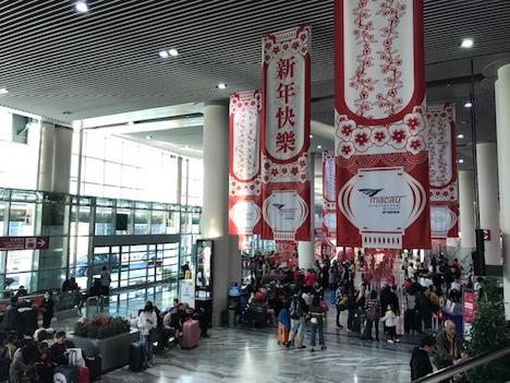 春節ムード漂うマカオ国際空港の出発ホール(写真:CAM)