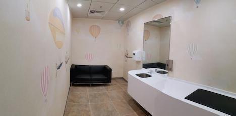 マカオ国際空港の旅客ターミナルビル出発階の非制限エリアに新たにオープンしたファミリールームの内観イメージ(写真:CAM)