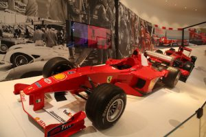 『Ferrari: Under the Skin』会場で展示されるレーシングカー(写真:Melco Resorts & Entertainment Limited)