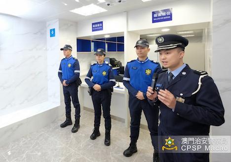 観光警察サービスセンター内のカウンター。観光警察は青と黒のツートンカラーの制服を着用する(写真:マカオ治安警察局)