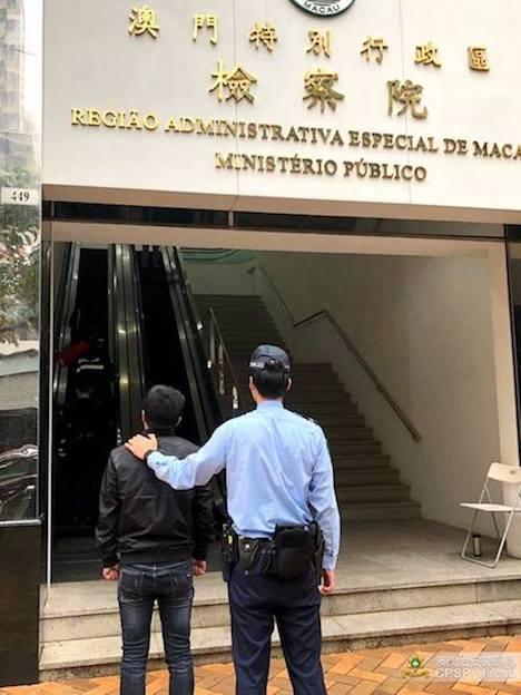 架空の窃盗被害をでっち上げたとして虚構犯罪の疑いで送検される中国本土出身の30代の男(写真:マカオ治安警察局)