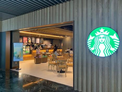 マカオ国際空港旅客ターミナルビルの制限エリアにオープンした「スターバックスコーヒー」の店舗(写真:CAM)