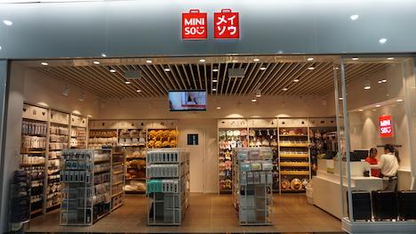 マカオ国際空港にオープンした「メイソウ(MINISO名創優品)」の店舗(写真:CAM)