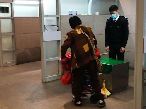 マカオ側のイミグレーション施設における手荷物検査の様子(写真:澳門海關)