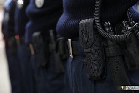 マカオ治安警察局所属の警察官に対する催涙スプレー使用トレーニングの様子(写真:マカオ治安警察局)