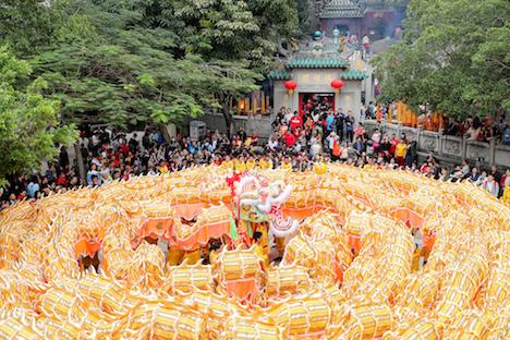 初詣の参拝客で賑わう世界遺産・媽閣廟に現れた巨大金龍=2019年2月5日(写真:MGTO)