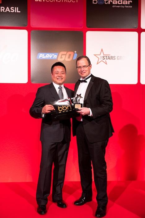 右がIGA受賞式に臨むGEGのロバート・ドレイクCFO(写真:Galaxy Entertainment Group)