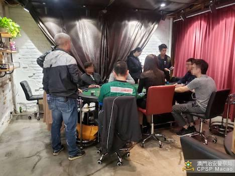 マカオ治安警察局による工業ビル内に開設された「闇カジノ」摘発の様子(写真:マカオ治安警察局)