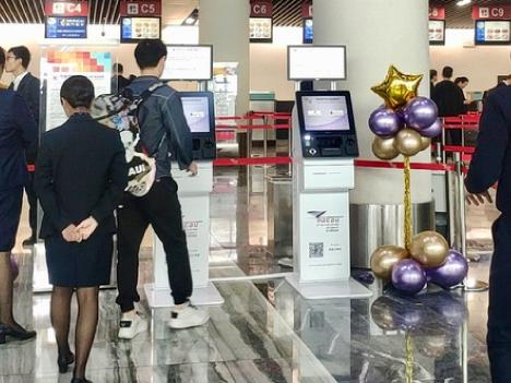 マカオ国際空港に設置された自動チェックイン機(写真:CAM)